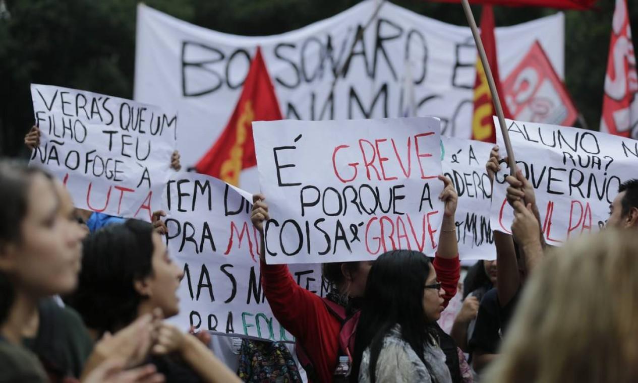 Representantes de partidos políticos de esquerda também estão mobilizados no Centro do Rio Foto: Alexandre Cassiano / Alexandre Cassiano