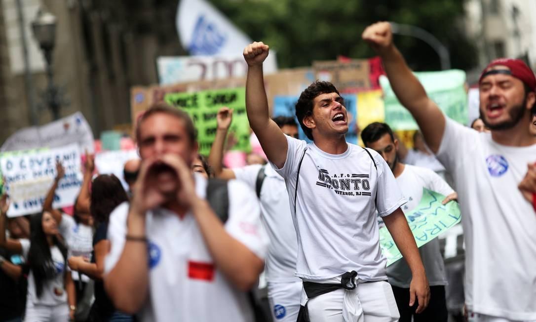 Com cartezes, estudantes do Rio de Janeiro protestam contra os cortes de verbas nas instituições de ensino superior pelo Ministério da Educação (MEC) Foto: RICARDO MORAES / REUTERS