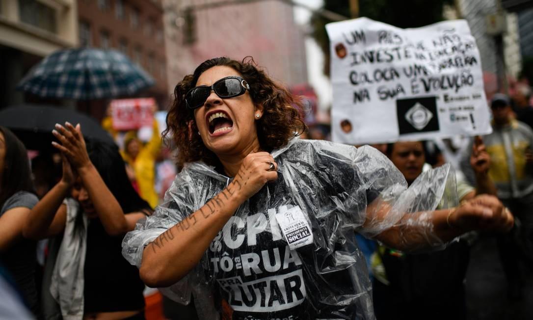 Professores e estudantes se unem contra os cortes na educação Foto: MAURO PIMENTEL / AFP