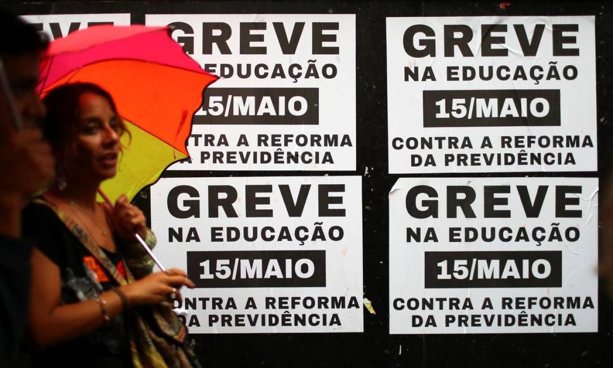 Greve foi marcada para o dia 15 de maio, após governo federal anunciar corte de verbas para instituições federais de cerca de 30% Foto: PILAR OLIVARES / REUTERS