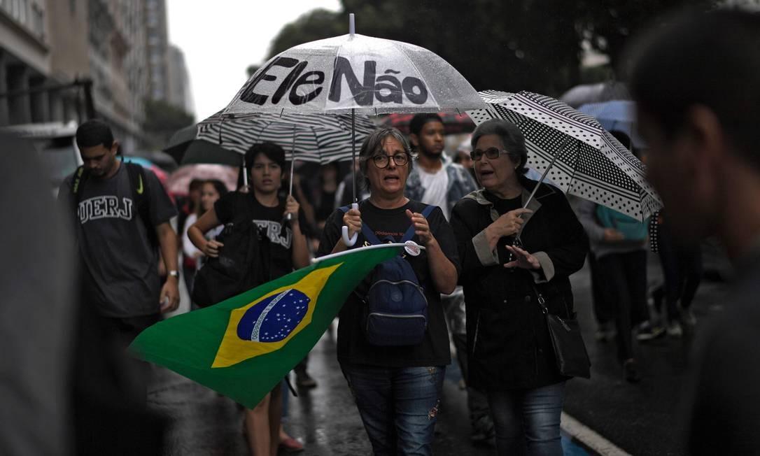 Militantes da área de saúde e representantes de sindicatos, como bancários e petroleiros, também estiveram presentes no ato no Rio de Janeiro. Foto: MAURO PIMENTEL / AFP