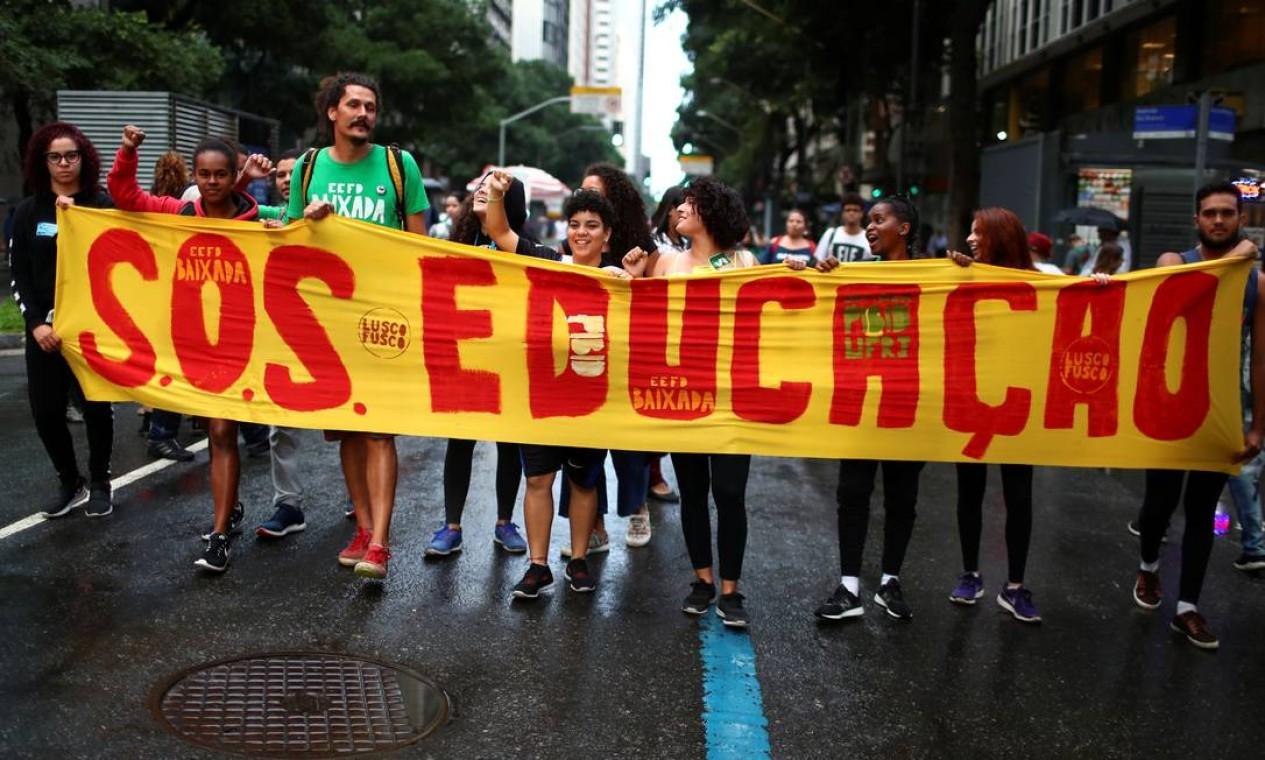 """Entoando cantos como """"Estudantes e trabalhadores juntos contra Bolsonaro"""", alunos, pais e funcionários de universidades públicas e colégios do Rio se uniram a manifestantes contra a reforma da Previdência Foto: PILAR OLIVARES / REUTERS"""