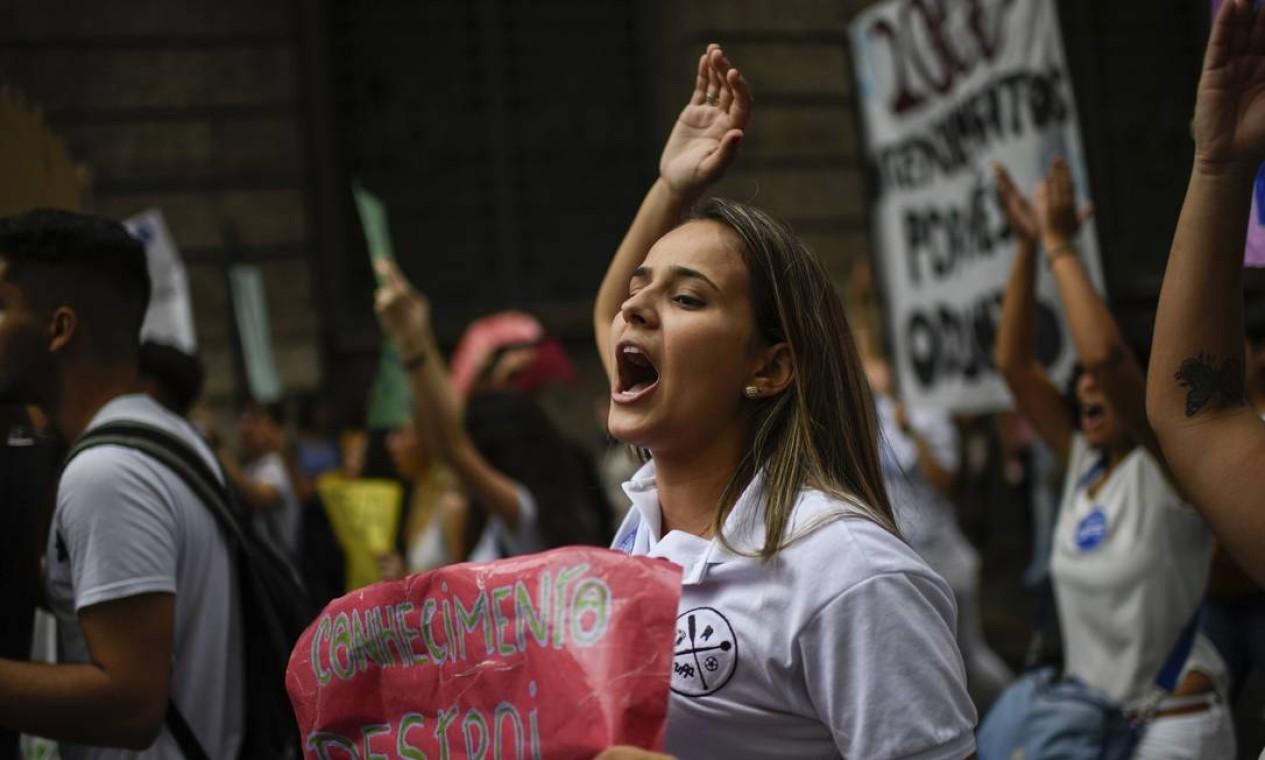 """No Rio de Janeiro, estudante leva cartaz com a frase """"Conhecimento destrói"""" Foto: MAURO PIMENTEL / AFP"""
