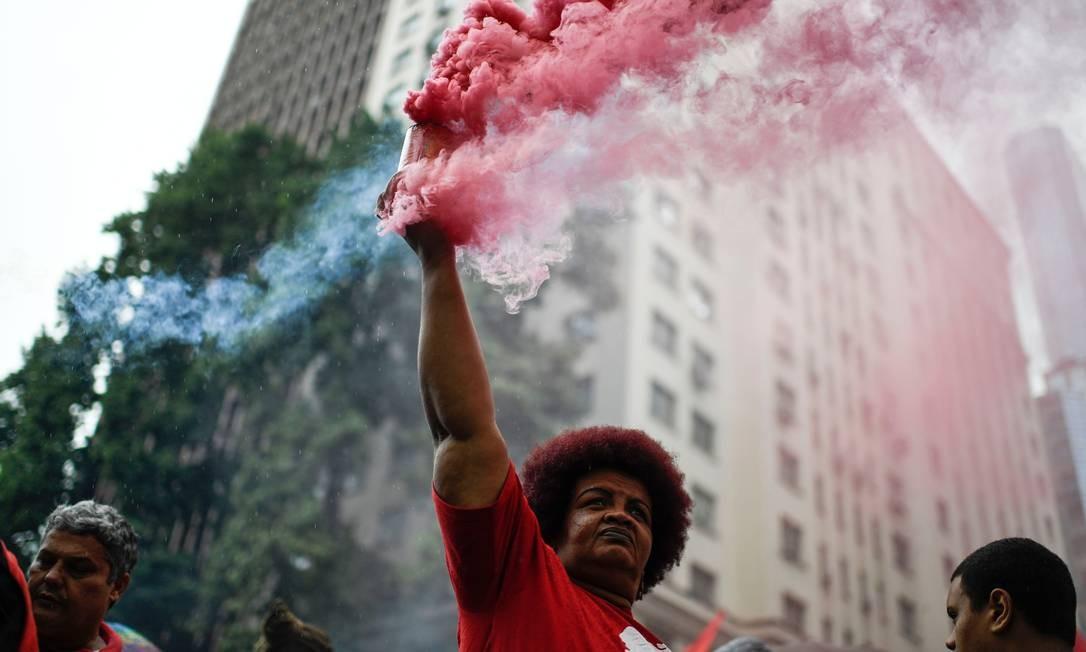 Manifestação no Centro do Rio reúne, além de estudantes e servidores da área, outras frentes contra o governo Bolsonaro. Foto: MAURO PIMENTEL / AFP