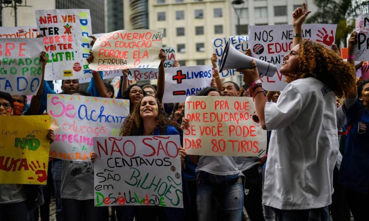Com cartazes, estudantes do Rio de Janeiro protestam contra os cortes de verbas nas instituições de ensino superior pelo Ministério da Educação (MEC) Foto: MAURO PIMENTEL / AFP