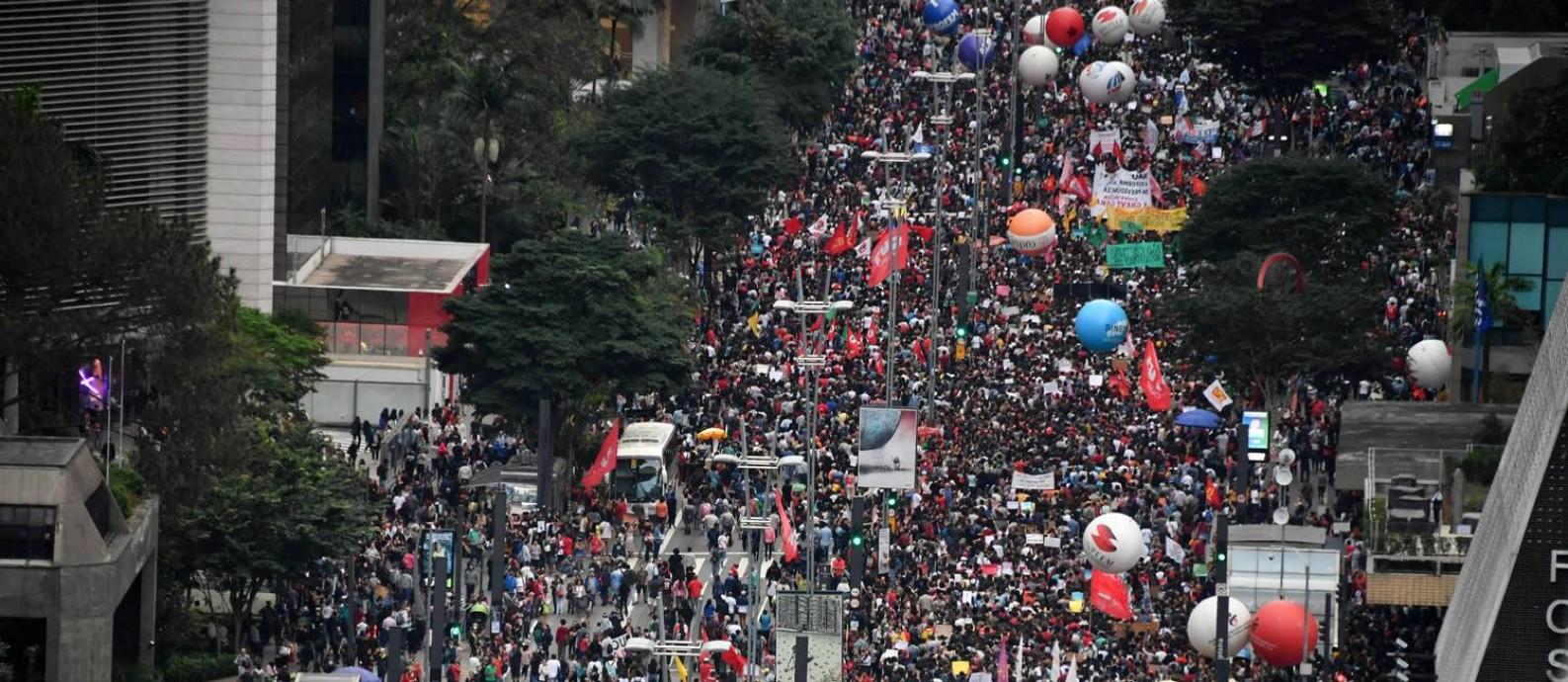 Manifestantes na Avenida Paulista, em São Paulo fazem manifestação contra bloqueio de verbas da educação Foto: NELSON ALMEIDA / AFP