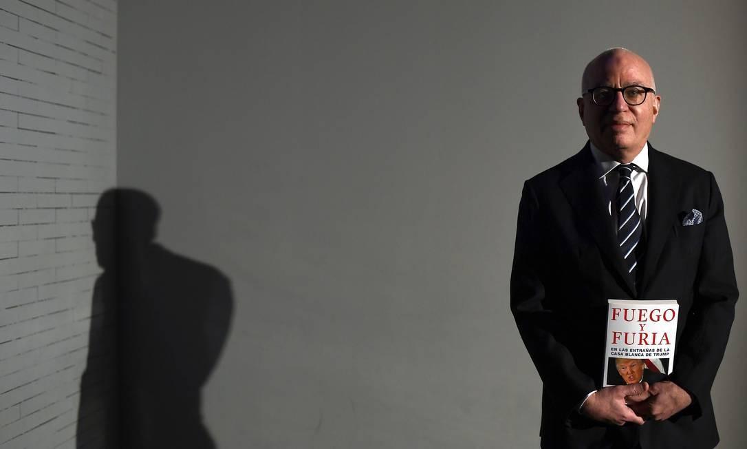 Michael Wolff posa com a edição espanhola do best-seller 'Fogo e fúria' Foto: GABRIEL BOUYS / AFP