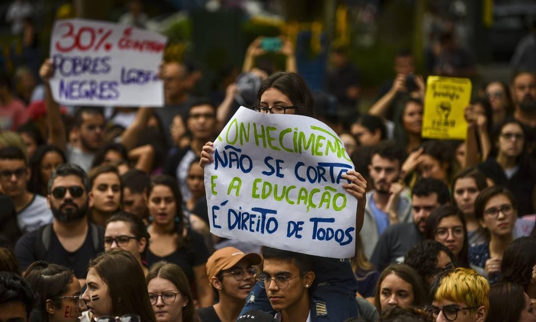 Milhares de estudantes e professores fizeram uma manifestação na Praça Afonso Pena, no centro da cidade de São José dos Campos, contra os cortes do governo federal na educação Foto: Lucas Lacaz Ruiz / A13 / Agência O Globo / Agência O Globo