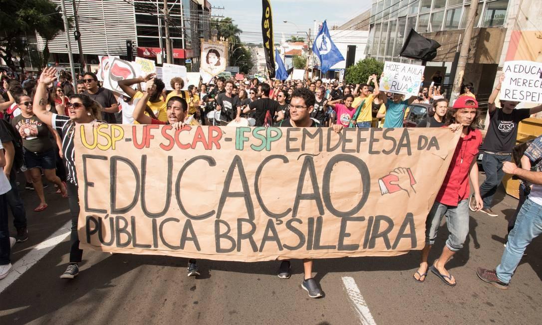 Cerca de 12 mil pessoas tomaram a principal avenida da cidade de São Carlos, interior de São Paulo, em protesto contra os cortes no orçamento da educação pública universitária. Alunos, professores e servidores da USP e UFSCAR aderiram ao movimento nesta quarta-feira Foto: André Luis Ferreira / Fotoarena / Agência O Globo
