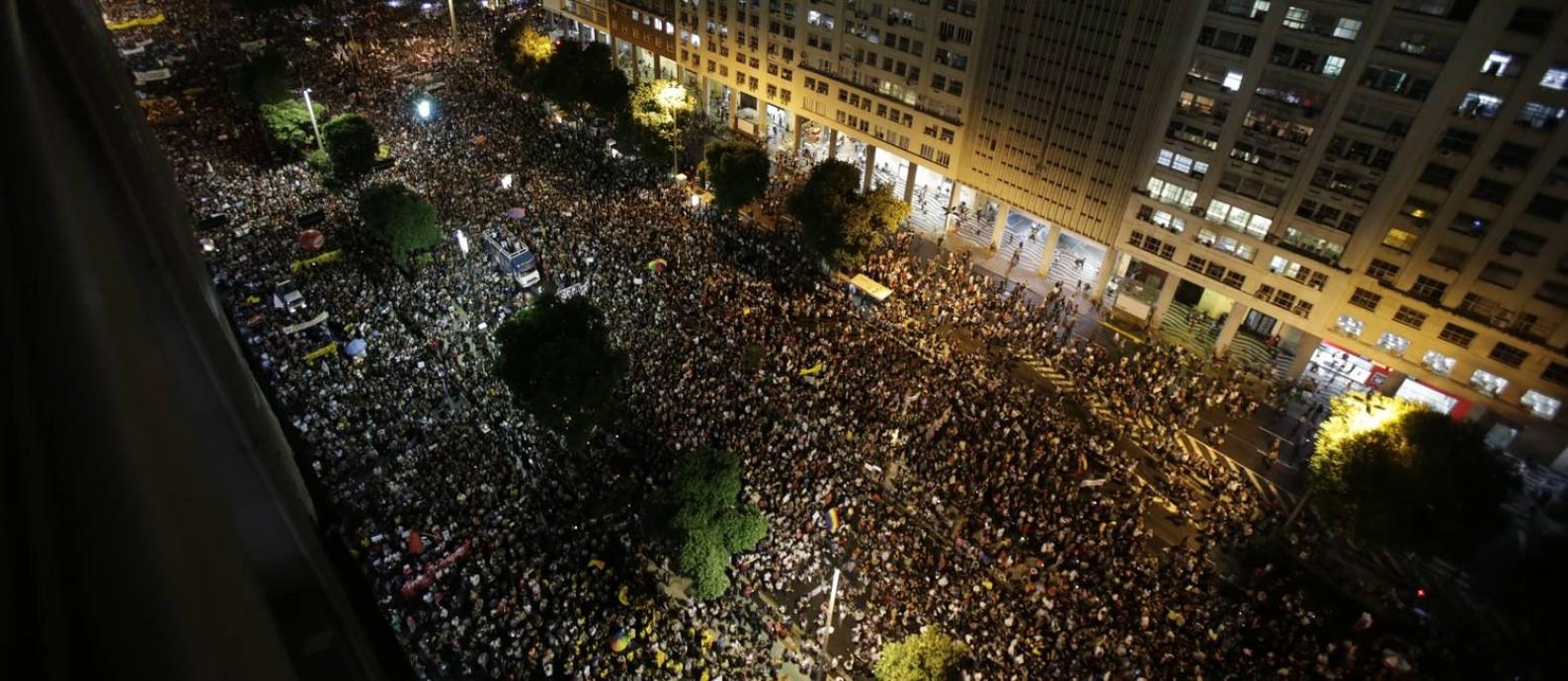 Manifestantes na Candelária, no Centro do RIo, fazem manifestaçã contra bloqueio de verbas da educação Foto: Alexandre Cassiano / Agência O Globo