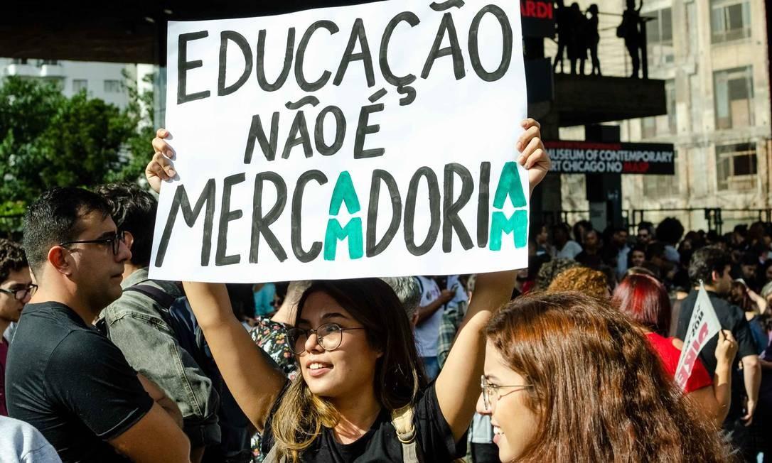 Protesto contra a reforma da Previdência, pela não redução do orçamento das universidades federais e bloqueio de verbas para bolsas de pesquisa, realizado nesta quarta-feira na Avenida Paulista Foto: Gero Rodrigues/Ofotográfico / Agência O Globo