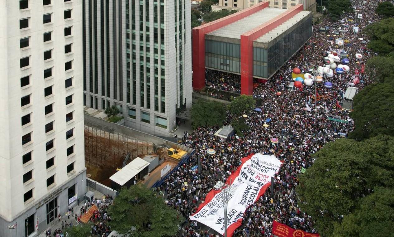 Ato lota a Avenida Paulista contra o bloqueio de verbas para a educação Foto: Edilson Dantas / Agência O Globo