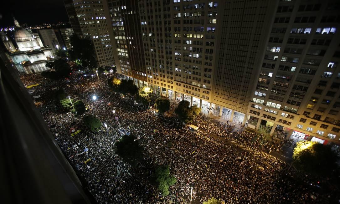 Manifestantes na Presidente Vargas, próximo à Candelária, no centro do Rio Foto: Alexandre Cassiano / Agência O Globo