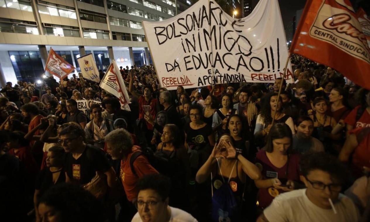 Ato, na Avenida Presidente Vargas, contra o bloqueio de verbas para a educação anunciado pelo governo federal Foto: Antonio Scorza / Agência O Globo