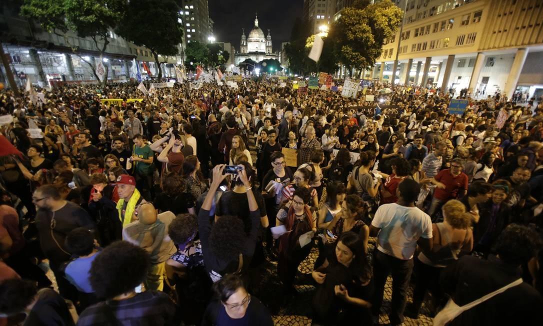Manifestantes se reúnem próximo à Candelária, no centro do Rio, contra o bloqueio de verbas para a educação Foto: Alexandre Cassiano / Agência O Globo