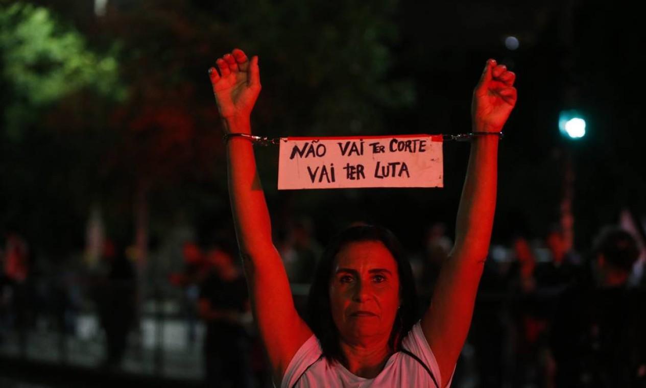 Manifestantes lotam ruas do centro do Rio contra redução de orçamento para universidades federais Foto: Domingos Peixoto / Domingos Peixoto