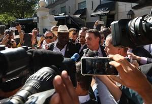 O presidente Jair Bolsonaro fala com jornalistas na chegada a Dallas nesta quarta-feira Foto: Marcos Corrêa/PR / Presidência da República