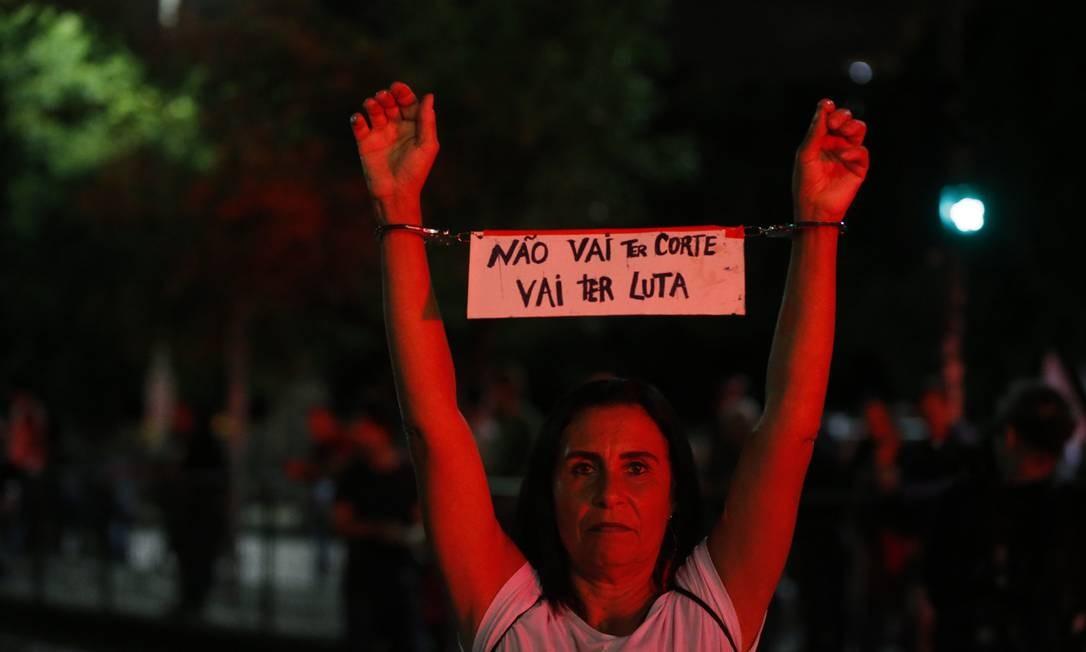 """""""Não vai ter corte, vai ter luta"""", promete a manifestante em ato no Rio de Janeiro Foto: Domingos Peixoto / Agência O Globo"""