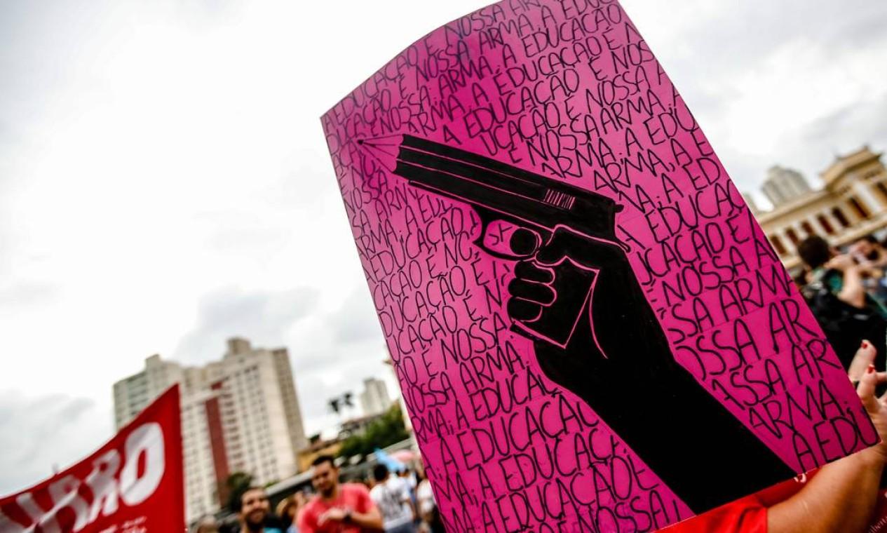 """Em Belo Horizonte, Minas Gerais: """"Minha arma é a educação"""" Foto: Cristiane Mattos / O Tempo / Agência O Globo"""