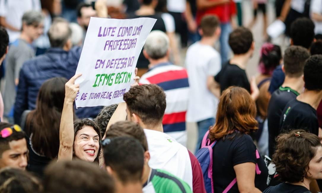 """""""Lute como uma professora"""", diz o cortaz carregado por uma manifestante de Belo Horizonte Foto: Cristiane Mattos / O Tempo / Agência O Globo"""