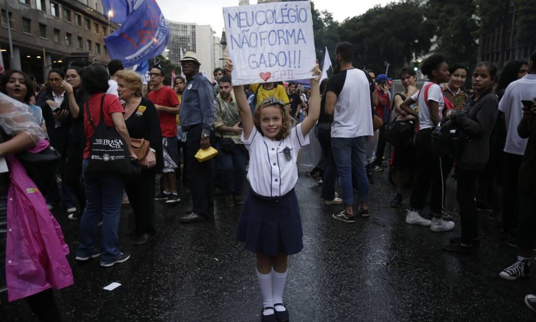 """No Rio, a pequena estudante do Colégio Pedro II mandou seu recado: """"Meu colégio não forma gado!!!"""" Foto: Alexandre Cassiano / Agência O Globo"""