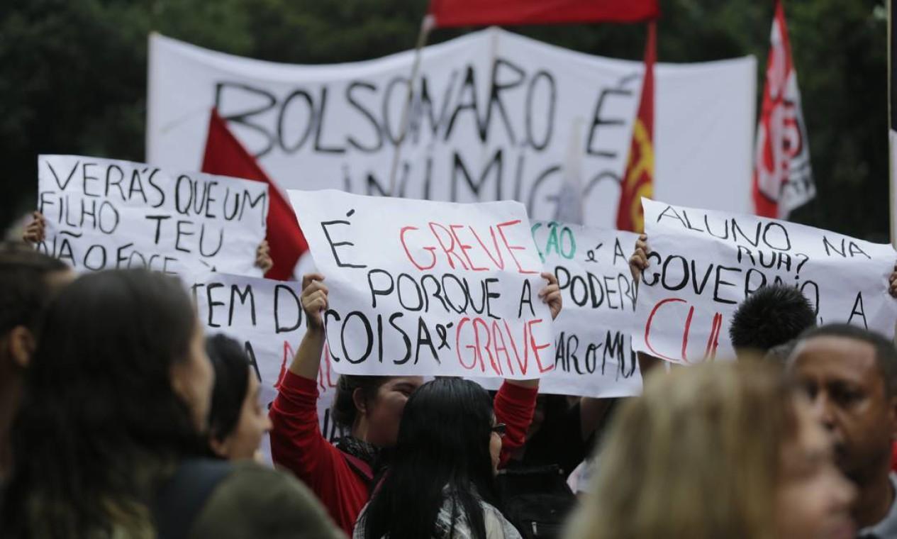 """Na Candelária, no centro do Rio, manifestantes levam cartazes em que se lê: """"É greve porque a coisa é grave"""" Foto: Alexandre Cassiano / Agência O Globo"""