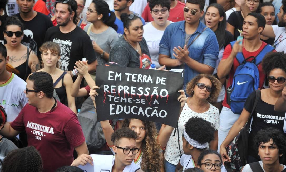 """""""Em terra de repressão teme-se a educação"""", diz cartaz carregado por estudante durante ato no Largo do Campo Grande que seguiu até a Praça Castro Alves, em São Paulo Foto: Felipe Iruatã / Zimel Press / Agência O Globo"""