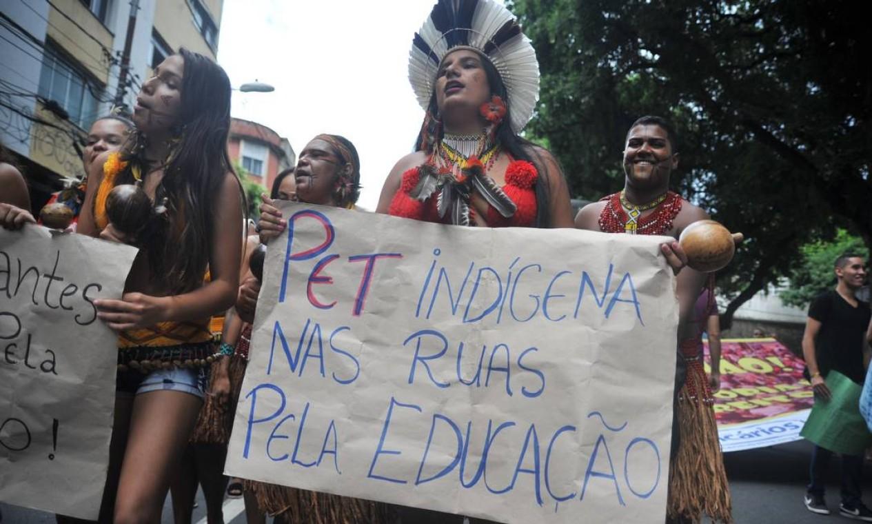 Índigenas também saíram em defesa da educação, no Largo de Campo Grande, em São Paulo Foto: Felipe Iruatã / Zimel Press / Agência O Globo