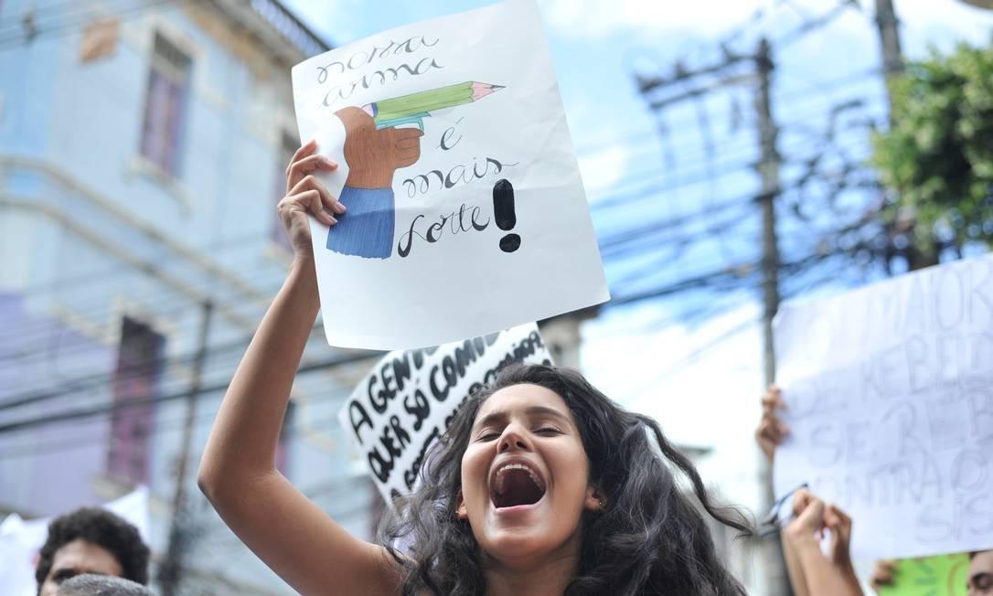 """""""Nossa arma é mais forte"""", garante estudante em ato no Largo de Campo Grande, em São Paulo Foto: Felipe Iruatã / Zimel Press / Agência O Globo"""