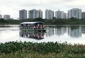 Moradores de Rio das Pedras usam embarcação para chegar até a estação do metrô do Jardim Oceânico. Na terça-feira, passageiros viveram momentos de pânico após superlotação Foto: Reprodução