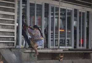 Passageira entra na estação Mercadão sem pagar a tarifa Foto: Márcia Foletto / Agência O Globo