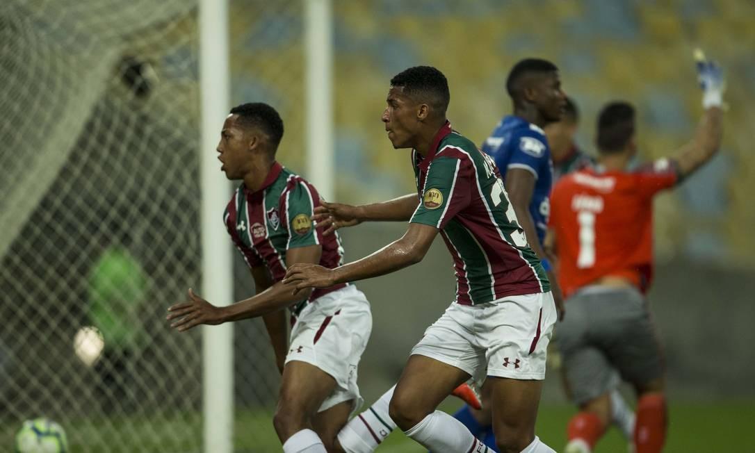 João Pedro, à esquerda, corre para comemorar o gol de empate do Fluminense contra o Cruzeiro Foto: Guito Moreto