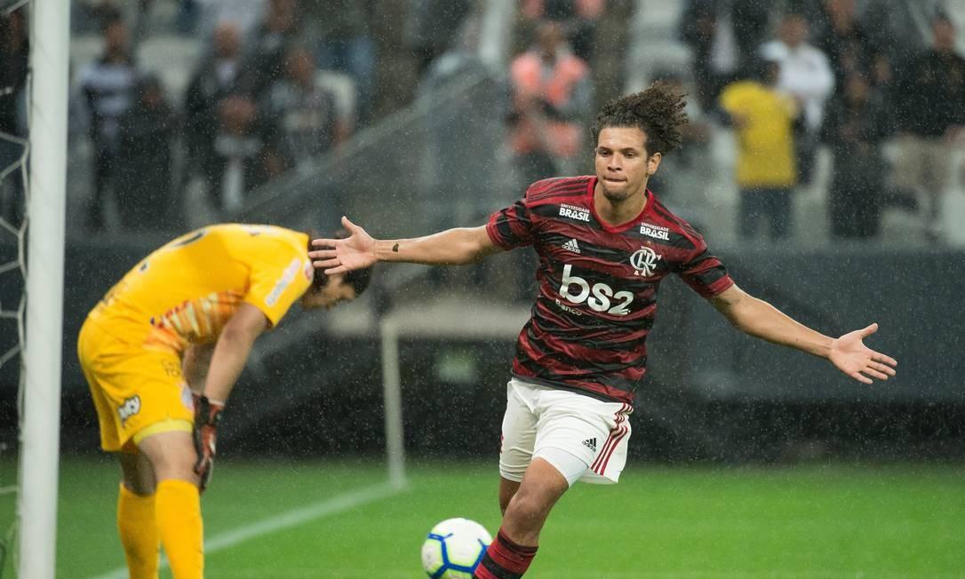 Arão abre os braços para comemorar o gol da vitória do Flamengo sobre o Corinthians Foto: Alexandre Vidal/Flamengo