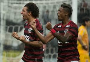 Arão e Bruno Henrique comemoram o gol da vitória do Flamengo sobre o Corinthians Foto: Alexandre Vidal/Flamengo