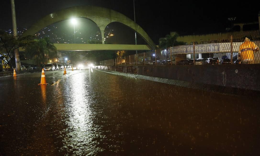 Forte chuva atingiu a Rocinha na noite desta quarta-feira Foto: Marcos de Paula / Agência O Globo - 02/08/2018