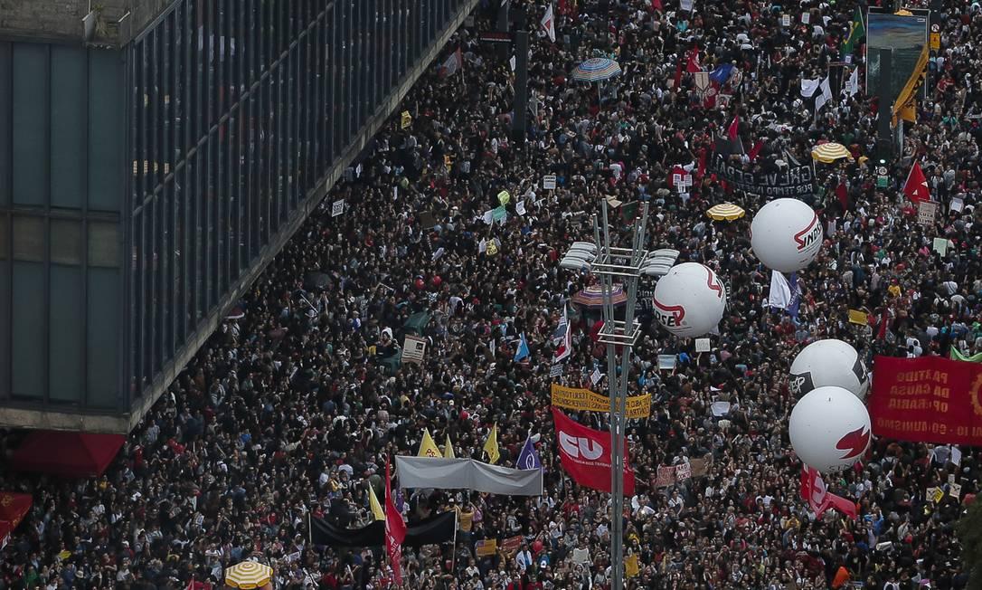 Manifestantes lotaram a Avenida Paulista, em São Paulo, para protestar contra os cortes na educação propostos pelo governo Bolsonaro Foto: Edilson Dantas / Agência O Globo