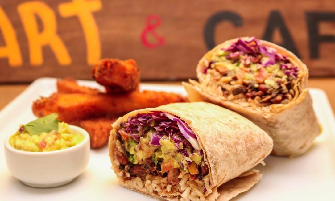 Gaia Art & Café. Frida vegan: burrito com chili de feijão-vermelho, coentro, milho, pimentão, carne de casca de banana, arroz, repolho roxo, guacamole e jalapeño com polenta frita Foto: Oseias Barbosa / Divulgação
