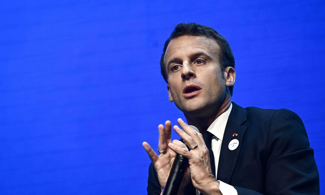 O presidente da França, Emmanuel Macron, gesticula enquanto discursa durante sua visita à feira da Vivatech, em Paris Foto: PHILIPPE LOPEZ / AFP