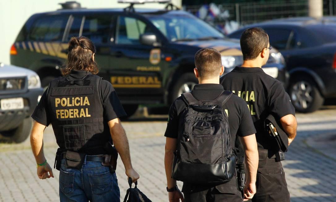 Políciais federais cumprem mandado de busca e apreensão pedido pela força-tarefa em Curitiba. Em 2018, foram 10 operações Foto: Aloisio Mauricio/Fotoarena / Agência O Globo (12/04/2018)