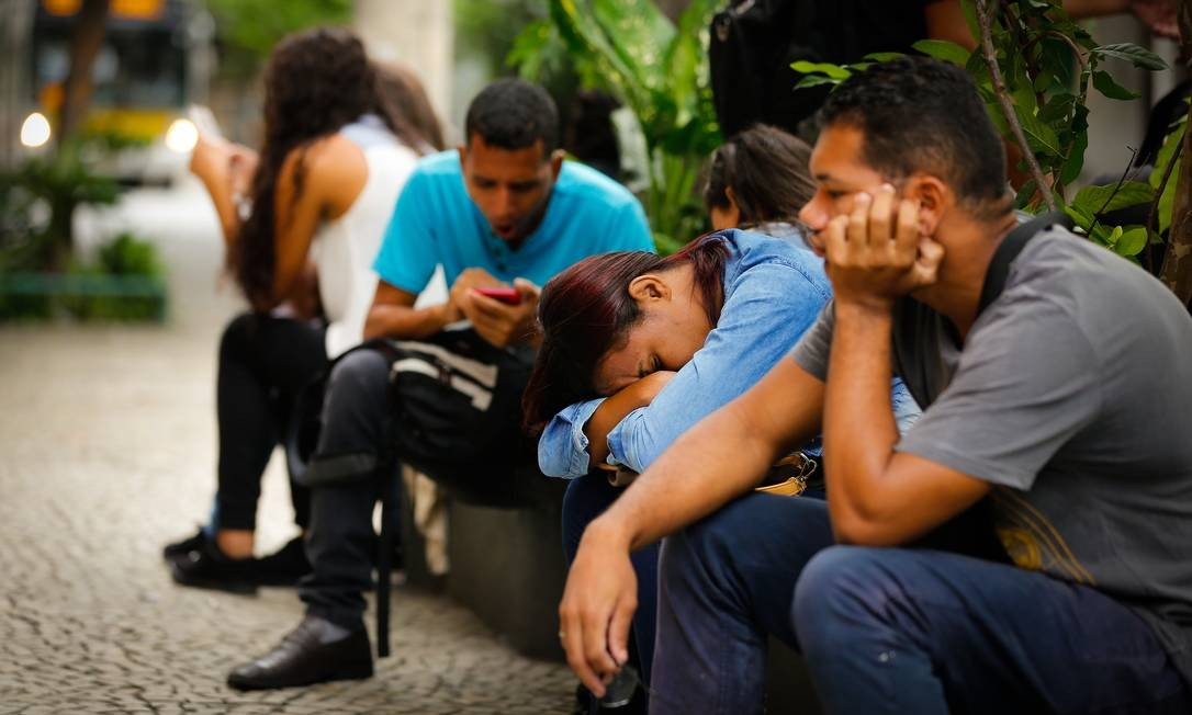 Pessoas aguardam serem chamadas para seleção de emprego no Rio Foto: Pablo Jacob / Agência O Globo