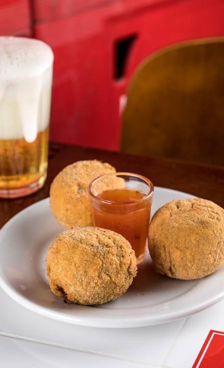 Bar do Zeca Pagodinho. Os croquetes podem ser de pernil ou de carne assada Foto: Tomás Rangel / Divulgação