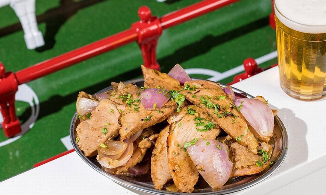 Bar do Zeca Pagodinho. O pernil pode ser fatiado ou vir também no sanduíche, com queijo e abacaxi Foto: Tomás Rangel / Divulgação