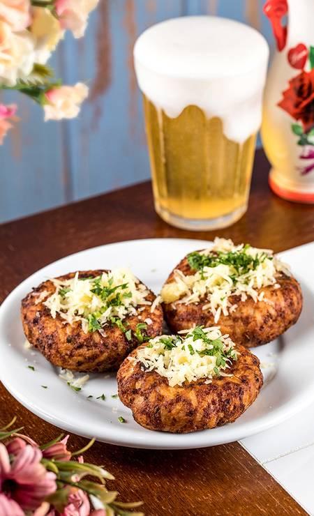Bar do Zeca Pagodinho. O famoso bolinho de arroz de Toninho, do Bar do Momo, está no cardápio Foto: Tomás Rangel / Divulgação