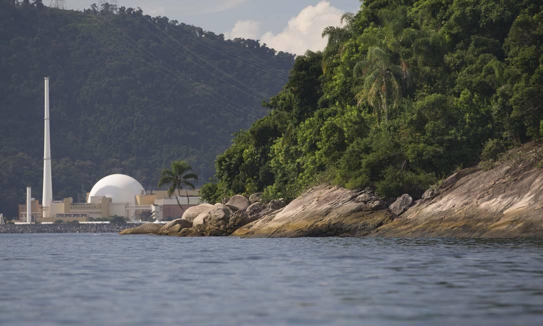 A Ilha da Samambaia, local onde o presidente Jair Bolsonaro foi multado por pesca ilegal, com a usina nuclear ao fundo Foto: Márcia Foletto / Agência O Globo
