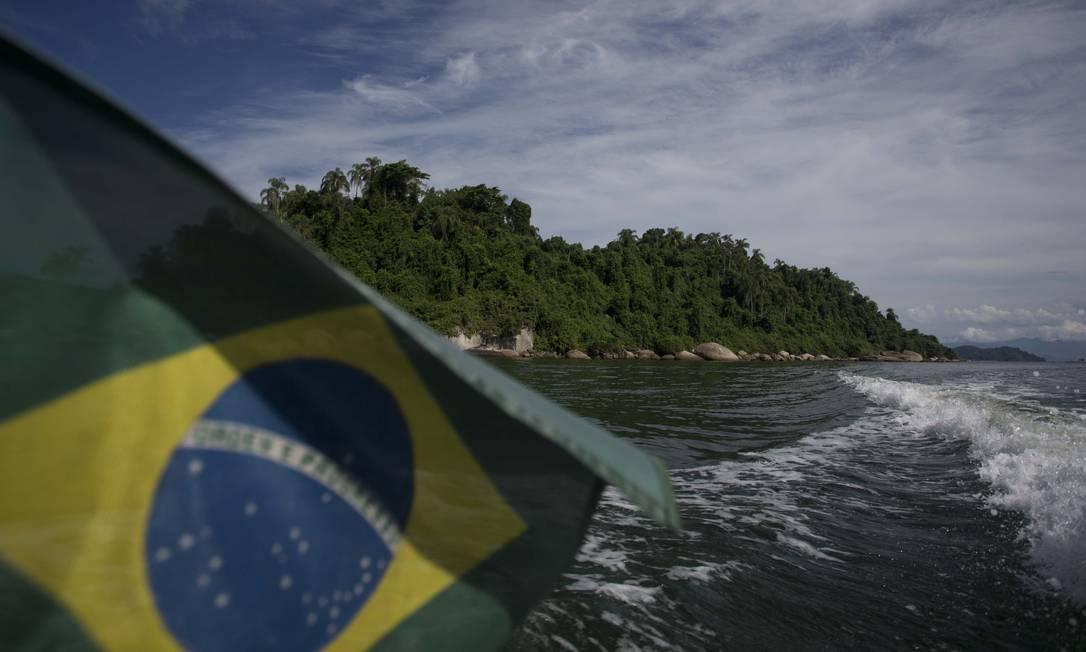 Na Estação, a passagem de barcos é permitida, mas é vedada a ancoragem Foto: Márcia Foletto / Agência O Globo