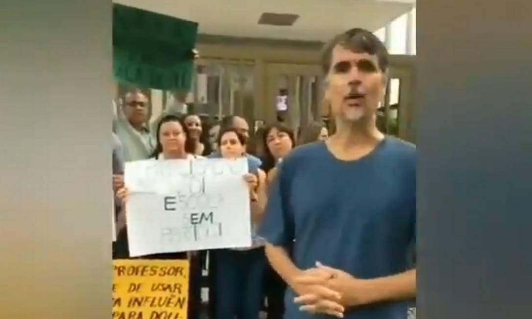 Em vídeo, pais de alunos se opõe a professores que aderiram à paralisação e defendem Bolsonaro Foto: Reprodução/ Twitter