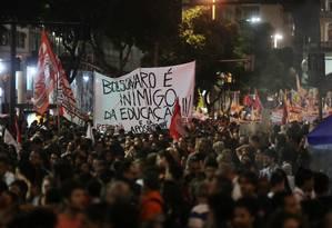 No Rio de Janeiro, onde o protesto reuniu cerca de 250 mil pessoas, faixa protesta contra o governo Bolsonaro Foto: RICARDO MORAES / REUTERS