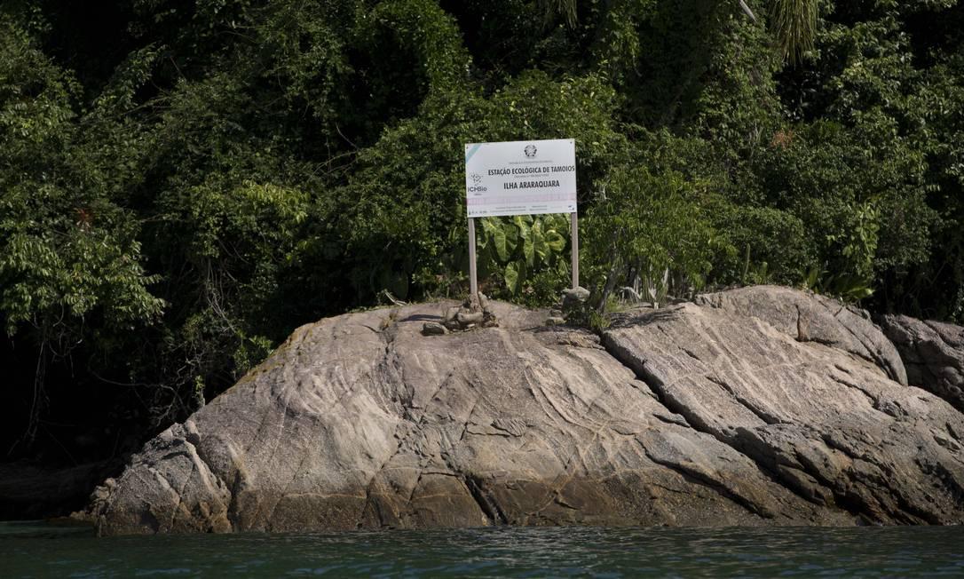Uma das poucas placas de sinalização ainda intactas foto na Ilha do Algodão. Foto: Márcia Foletto / Agência O Globo