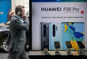 O Huawei P30 Pro é apontado como o smartphone com a melhor câmera do mercado Foto: TOLGA AKMEN / AFP