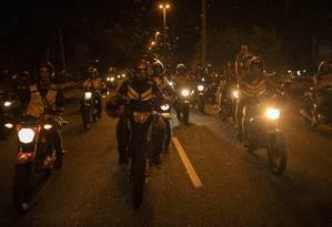 Moto Taxistas fecham estrada Lagoa Barra em protesto Foto: GABRIEL MONTEIRO / Agência O Globo